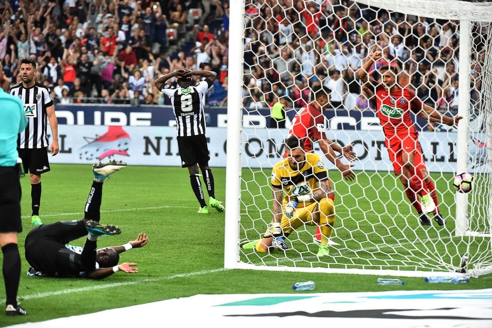 Serve un'autorete di Cissokho nel finale per battere un grande Angers: per i parigini è il terzo trionfo consecutivo