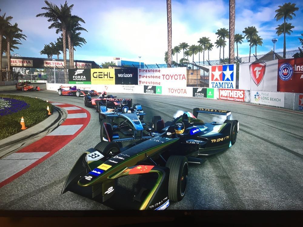 """In Formula E reale e virtuale si fondono spesso. Ad ogni round del campionato, infatti, l'E-Race è un appuntamento fisso. Una gara virtuale in cui piloti, fan e altri concorrenti si affrontano sui simulatori, che replicano le emozioni dell'E-Prix reale. Un'occasione per sfidare i top driver e provare a batterli. E anche il nostro Francesco Neri, commentatore della Formula E su Italia1, si è messo al volante per una divertente sessione di """"training"""", provando le monoposto migliori...<br /><br />"""