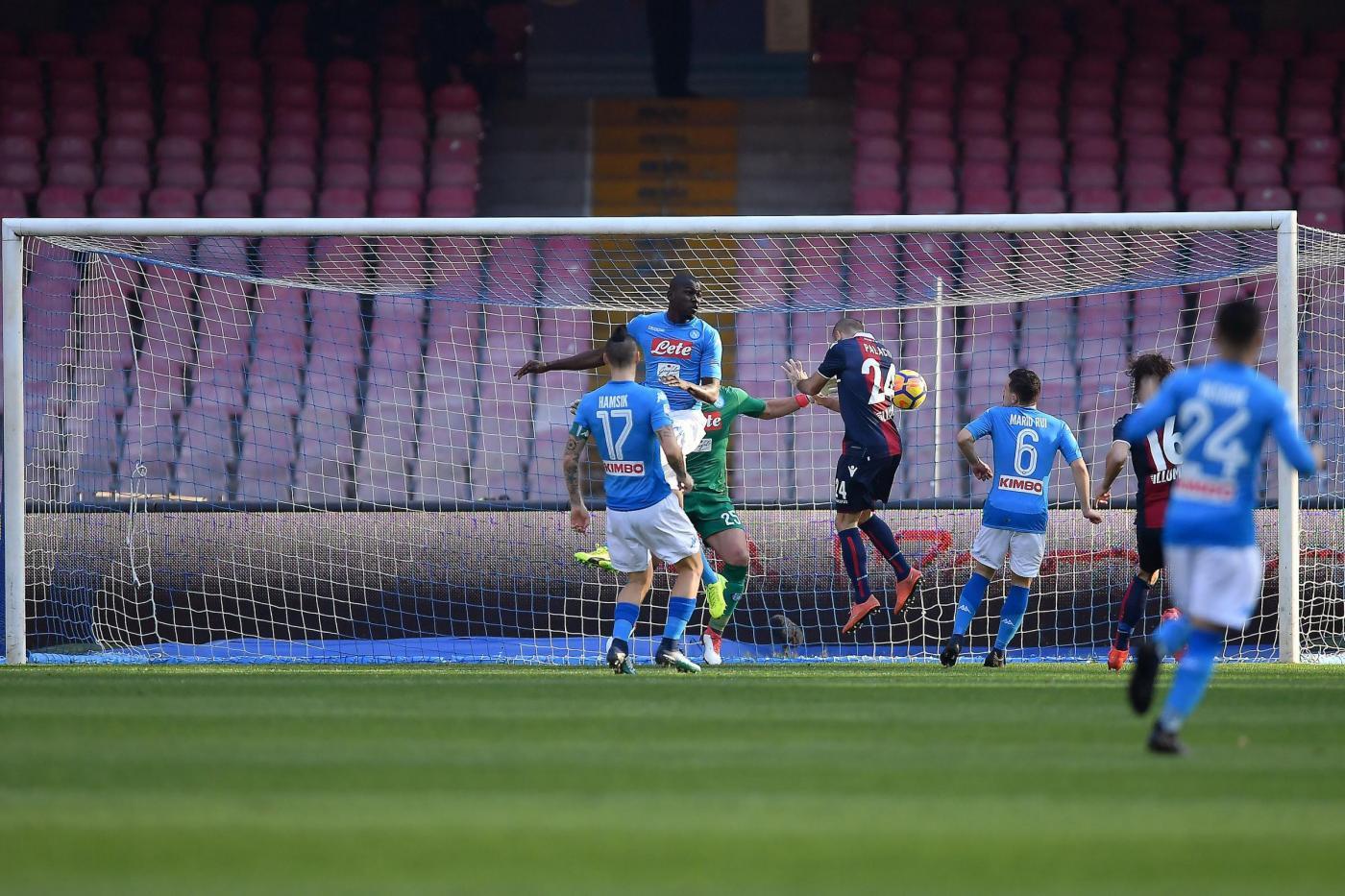 Continua inarrestabile la marcia di Maurizio Sarri: al San Paolo, il Napoli batte 3-1 il Bologna nella 22.a giornata e si riporta al primo posto in classifica a +1 sulla Juventus. Rossoblu in vantaggio con Palacio dopo 25 secondi, ma un'autogol di Mbaye riporta subito in parità la partita. Al 37' il vantaggio di Mertens su rigore (leggero tocco di Masina su Callejon), poi sempre il belga chiude i conti al 59' con una gemma dal limite.<br /><br />