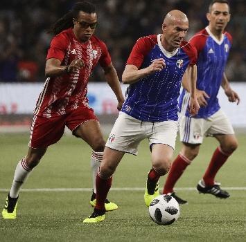 In campo le leggende di Francia '98, Zidane incanta e segna
