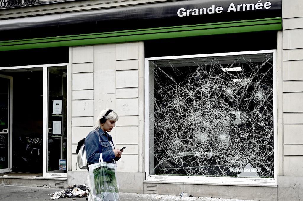 I tifosi algerini si sono riversati nelle strade francesi: scontri, atti vandalici e anche una donna morta