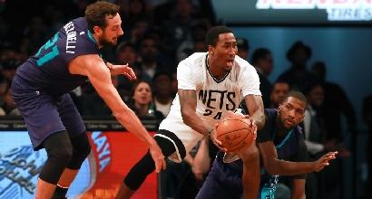Basket, Nba: Belinelli si inchina agli Spurs, Gallinari dà forfait