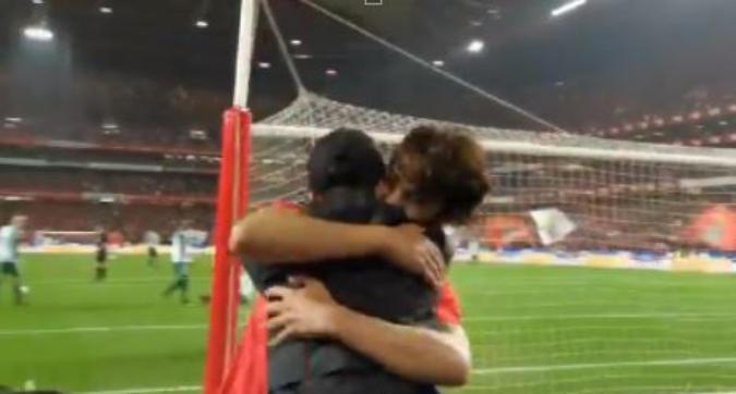 Joao Felix ancora in gol: abbracci a bordo campo col fratellino