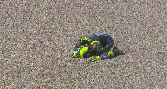 MotoGP Olanda, incidente pauroso per Rossi: è il terzo k.o. di fila