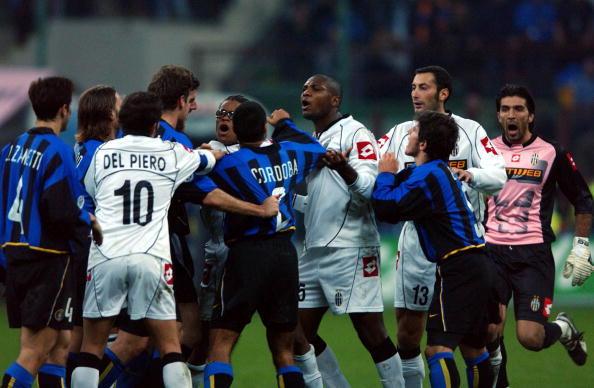 Juventus vs Inter 2002: parapiglia in mezzo al campo tra Davids, Zalayeta e Cordoba-Vieri
