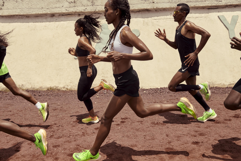 La velocità è l'essenza di queste scarpe da allenamento e da gara, che si adattano alle esigenze di ogni tipo di runner, dai maratoneti esperti a quelli che semplicemente si divertono a macinare chilometri di corsa nei week-end. Grazie all'unità Nike Zoom Air su tutta la lunghezza della suola o alla schiuma Nike ZoomX super reattiva, ogni scarpa della famiglia Zoom regala un'esperienza unica. La Famiglia Nike Zoom 2019 - Nike Air Zoom Pegasus 36, Nike Zoom Pegasus Turbo 2, Nike Zoom Fly 3 e Nike ZoomX Vaporfly Next% -  si presenta in una fluida colorazione verde fosforescente, il colore più visibile all'occhio umano. I designer hanno realizzato una versione esclusiva per Nike di questa colorazione fosforescente, chiamata Nike Phantom Glow: il suo rivestimento chimico, infatti, dona alla Nike ZoomX Vaporfly NEXT% un effetto decisamente brillante. Il resto della collezione presenta uno gamma di colori che va da tinte tenui a vivaci, garantendo per ogni scarpa la massima visibilità sulla strada.  La linea Nike Zoom 2019 è disponibile per i membri NikePlus il 13 giugno in mercati selezionati e l'11 luglio in tutto il mondo.     <br /><br />