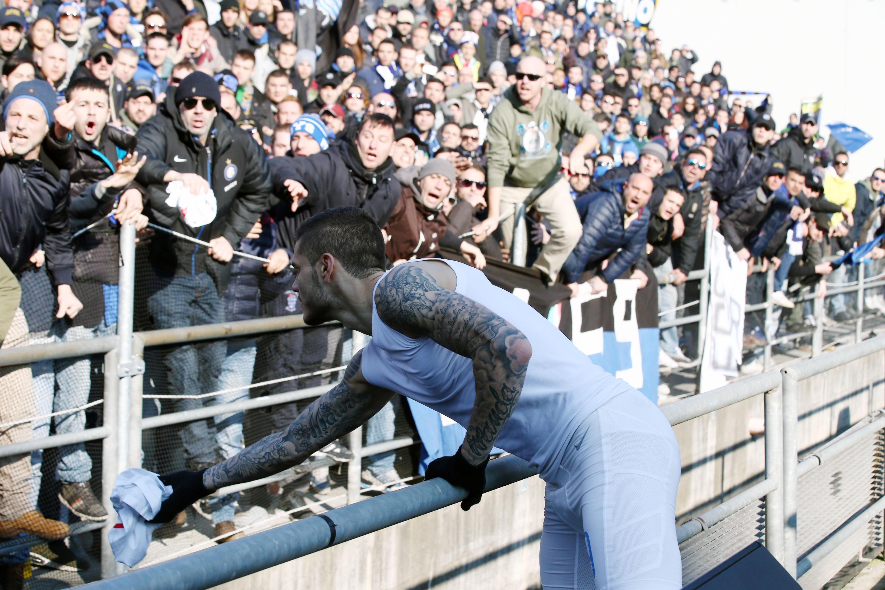 Era l'1 febbraio 2015, al Mapei Stadium l'Inter fu sconfitta 3-1 dal&#160;Sassuolo.&#160;Un ko pesante che fece infuriare i tifosi. Al termine del match Icardi e Guarin, con altri compagni, vanno sotto lo spicchio degli ultras nerazzurri arrivati in trasferta. Vola qualche parola, i giocatori porgono le maglie, quella di Icardi viene rispedita al mittente. Insulti, Ranocchia che prova ad allontanare Icardi e Guarin. Bufera. Dopo il rientro negli spogliatoi e la doccia, Icardi, Handanovic, Ranocchia,&#160;Guarin e Carrizo tornano dai tifosi per un chiarimento. <br /><br /><br />