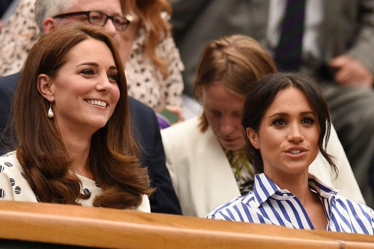 """Evento eccezionale a Wimbledon 2018 nel giorno della ripresa della semifinale tra Nadal e Djokovic e della finale femminile. Due """"reali"""" hanno illuminato la scena. All'All England Club si sono presentate insieme Kate Middleton e Meghan Markle, rispettivamente duchessa di Cambridge e duchessa di Sussex."""