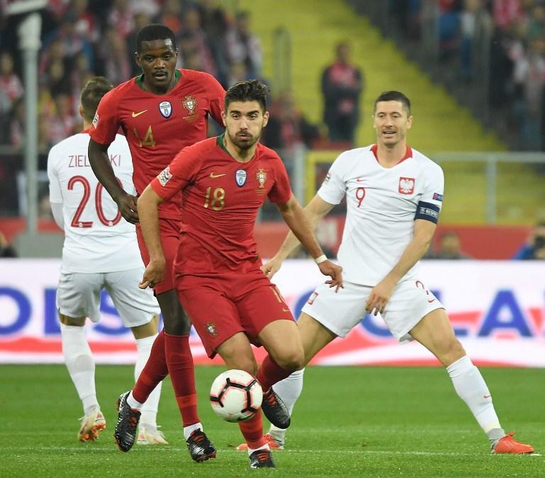 Il  Portogallo  vince anche in Polonia e si avvicina alle Final Four di  Nations League . I campioni d'Europa in carica, nel girone dell'Italia, hanno vinto 3-2 a Chorzow salendo a quota sei punti in classifica. Dopo il vantaggio firmato dal genoano  Piatek  al 18' i lusitani si scatenano rimontando con le reti di  Andre Silva  al 31', l' autorete di Glik  su grande giocata di Rafa Silva (42') e  Bernardo  (52'). Inutile il gol al volo di  Blaszczykowski .