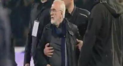 Grecia, follia in Paok-Aek: presidente in campo con la pistola dopo gol annullato