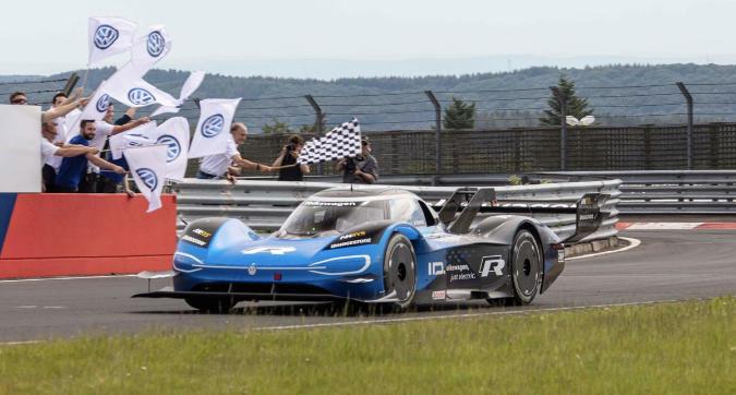 La Volkswagen elettrica disintegra il record del Nurburgring