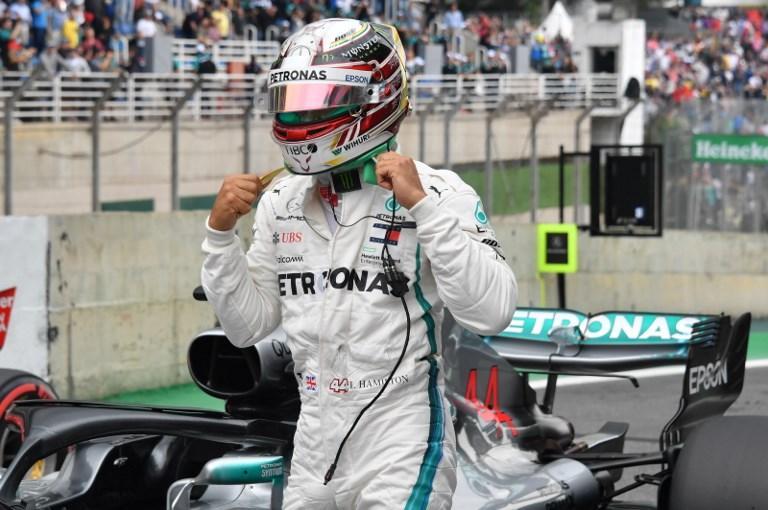 Lewis Hamilton centra la sua decima pole nel GP del Brasile, penultima tappa del mondiale. Il britannico della Mercedes ha girato in 1'07''281, tenendosi alle spalle di pochissimo la Ferrari di Vettel (+ 0''093), che partirà con lui in prima fila. Lewis è stato graziato dai commissari per un paio di episodi al limite, Seb è stato richiamato per aver danneggiato la bilancia dei pesi. In seconda fila Bottas-Raikkonen, in terza Verstappen-Ericsson.