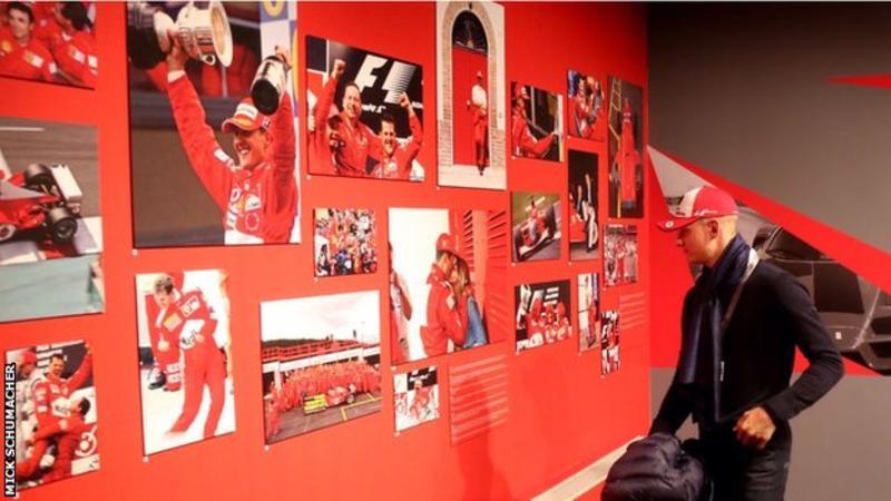 Mick Schumacher, visita alla mostra dedicata a papà