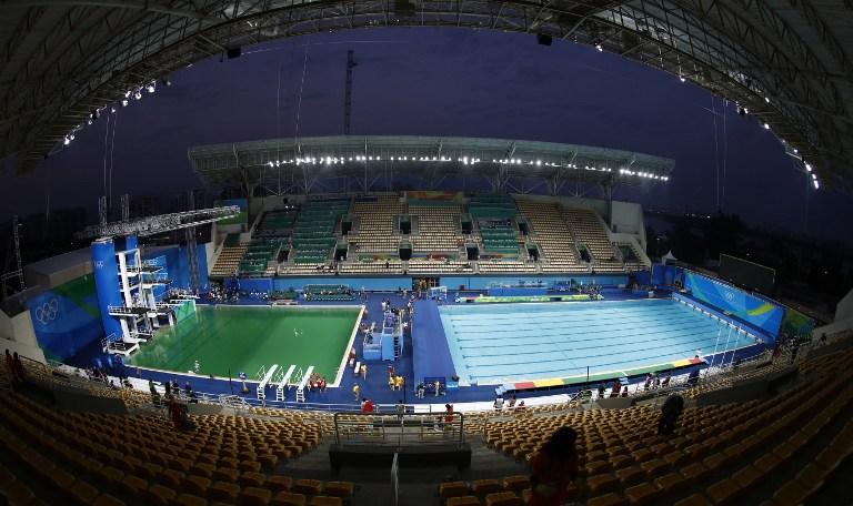 Rio, l'acqua della piscina dei tuffi diventa verde