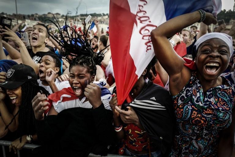 Tifosi francesi esultano durante la finale dei Mondiali di calcio tra Francia e Croazia (15 luglio)