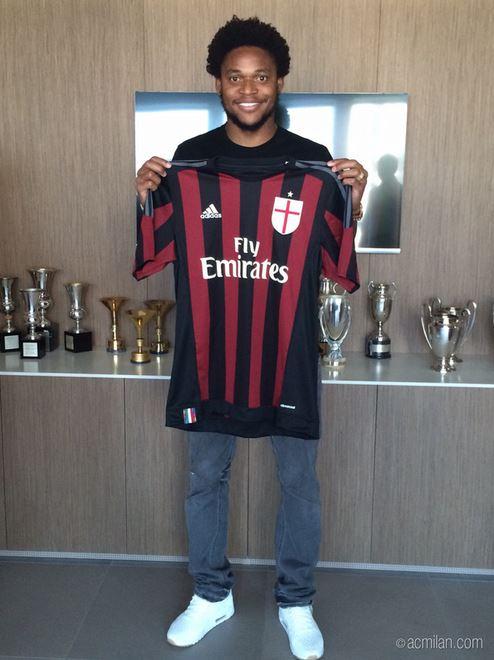 Il brasiliano, che andava in scadenza con lo Shakhtar a dicembre, ha già firmato con il Milan fino al 2020. È il secondo rinforzo offensivo dopo l'ufficialità di Bacca. Prime foto nella sede rossonera