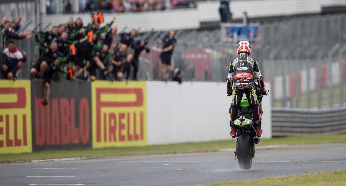 Superbike, Superpole Race Donington: Rea prova la fuga su Bautista, paurosa caduta nel finale