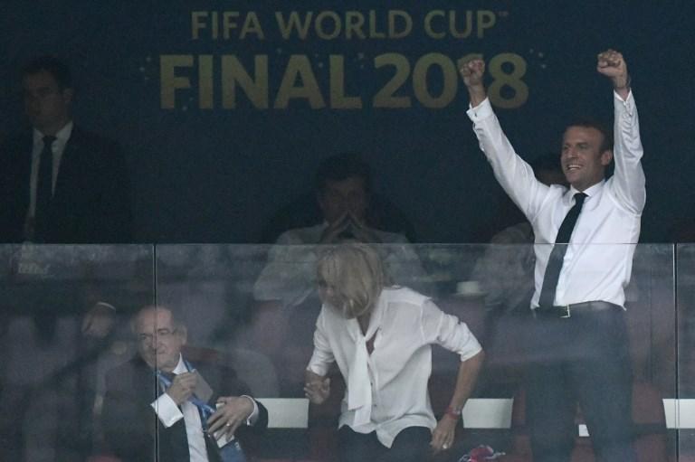 Macron tifoso scatenato, non basta l'entusiasmo di Kolinda