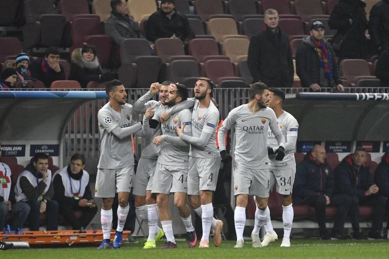 Nella quarta giornata del Gruppo G di Champions League la Roma fa il proprio dovere, espugna il campo del CSKA Mosca 2-1 ed è con un piede agli ottavi di finale. Giallorossi avanti dopo 4' col colpo di testa di Manolas, nella ripresa arriva il pareggio firmato Sigurdsson dei russi, che poi restano in 10 e vengono affossati dal primo gol in Champions in carriera di Pellegrini. Per la qualificazione ora potrebbe bastare un punto.  <br /><br />