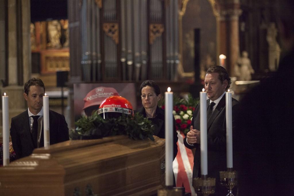 Nella cattedrale di Santo Stefano a Vienna è stata allestita la camera ardente. Sulla bara il casco rosso con il quale ha corso posato dalla moglie Bi...