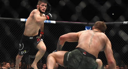 UFC, McGregor sconfitto per sottomissione da Khabib: poi scoppia una rissa