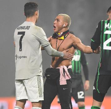 Denuncia e Daspo: abbraccia Cristiano Ronaldo ma non entrerà più allo stadio