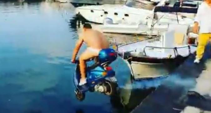 Napoli, Balotelli sfida un barista: 2mila euro per buttarsi in mare con lo scooter