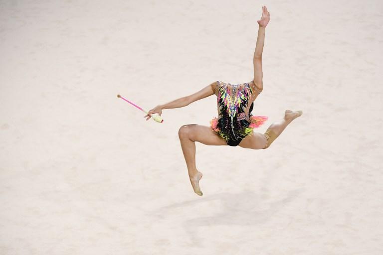 La testa di Izzah Amzan sembra sparire: è la coreografia della malese durante il Gold Coast Commonwealth (11 aprile)