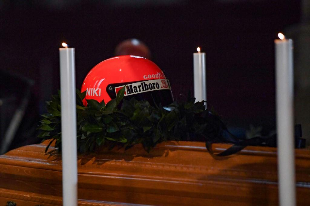 Nella cattedrale di Santo Stefano a Vienna è stata allestita la camera ardente. Sulla bara il casco rosso con il quale ha corso posato dalla moglie Birgit e i figli Lukas e Mathias.