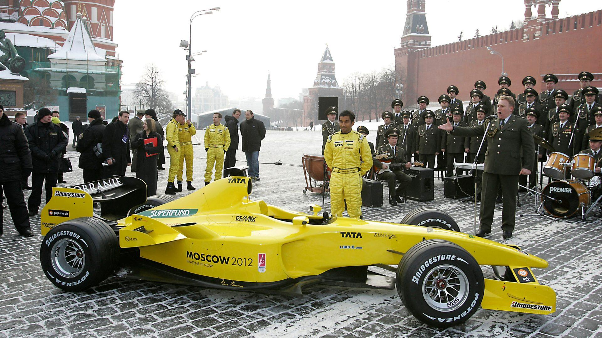 I piloti Tiago Monteiro e Narain Karthikeyan alla presentazione della nuova Jordan nel 2005 nella piazza rossa di Mosca ricoperta dalla neve.