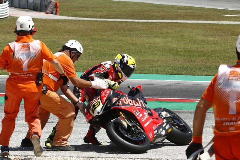 Caduta per il ducatista in gara-2 a Misano, Rea riapre il campionato