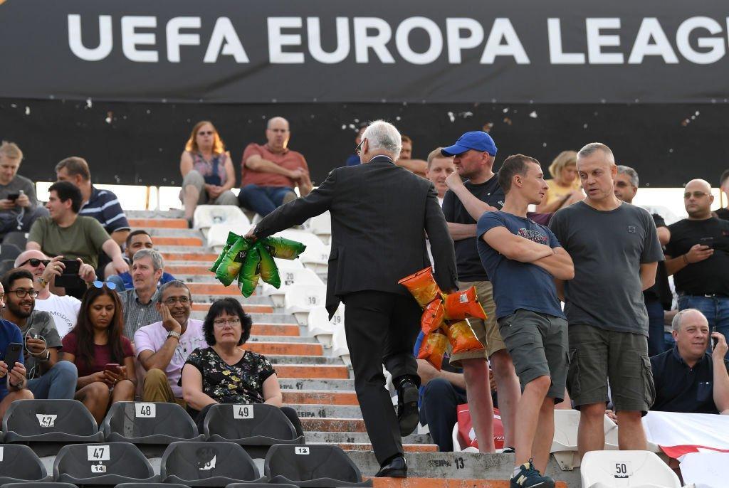Chelsea, il presidente regala patatine ai tifosi andati in Grecia