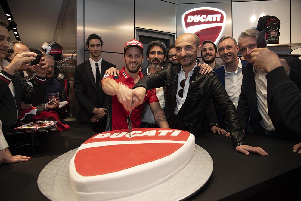 Bagno di folla per Andrea Dovizioso a Roma, dove il pilota della MotoGP era ospite per l'inaugurazione di un nuovo negozio Ducati.