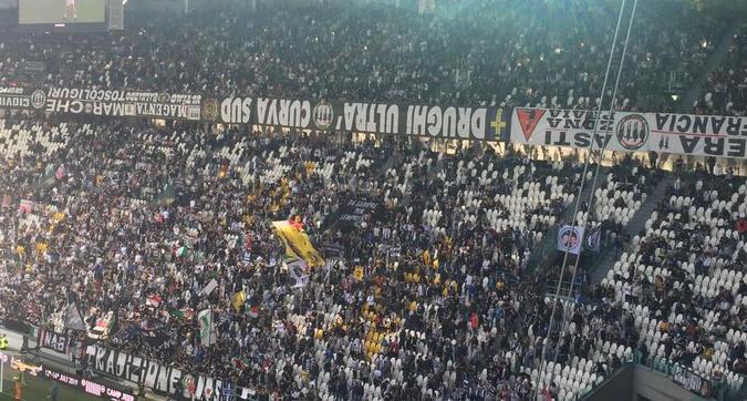 Juventus-Fiorentina, la Curva Sud bianconera protesta: striscioni a testa in giù