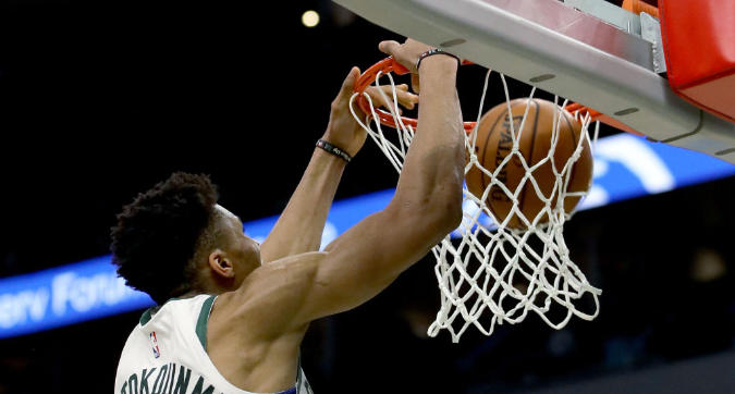 Nba, playoff: Antetokounmpo domina Toronto, Milwaukee vola sul 2-0