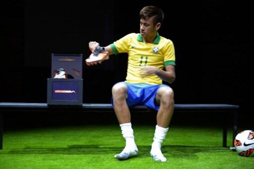 Neymar Cambia Le Scarpe Calcio Sportmediaset Foto 1