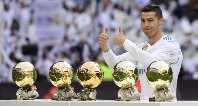 Cristiano Ronaldo celebra il quinto Pallone d'oro al Bernabeu
