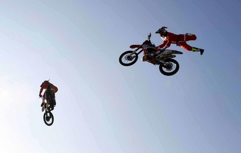 È già Natale al Motor Show e BabboNatale cambia mezzo. Dalla slitta alle moto da freestyle per un'esibizione veramente emozionante.