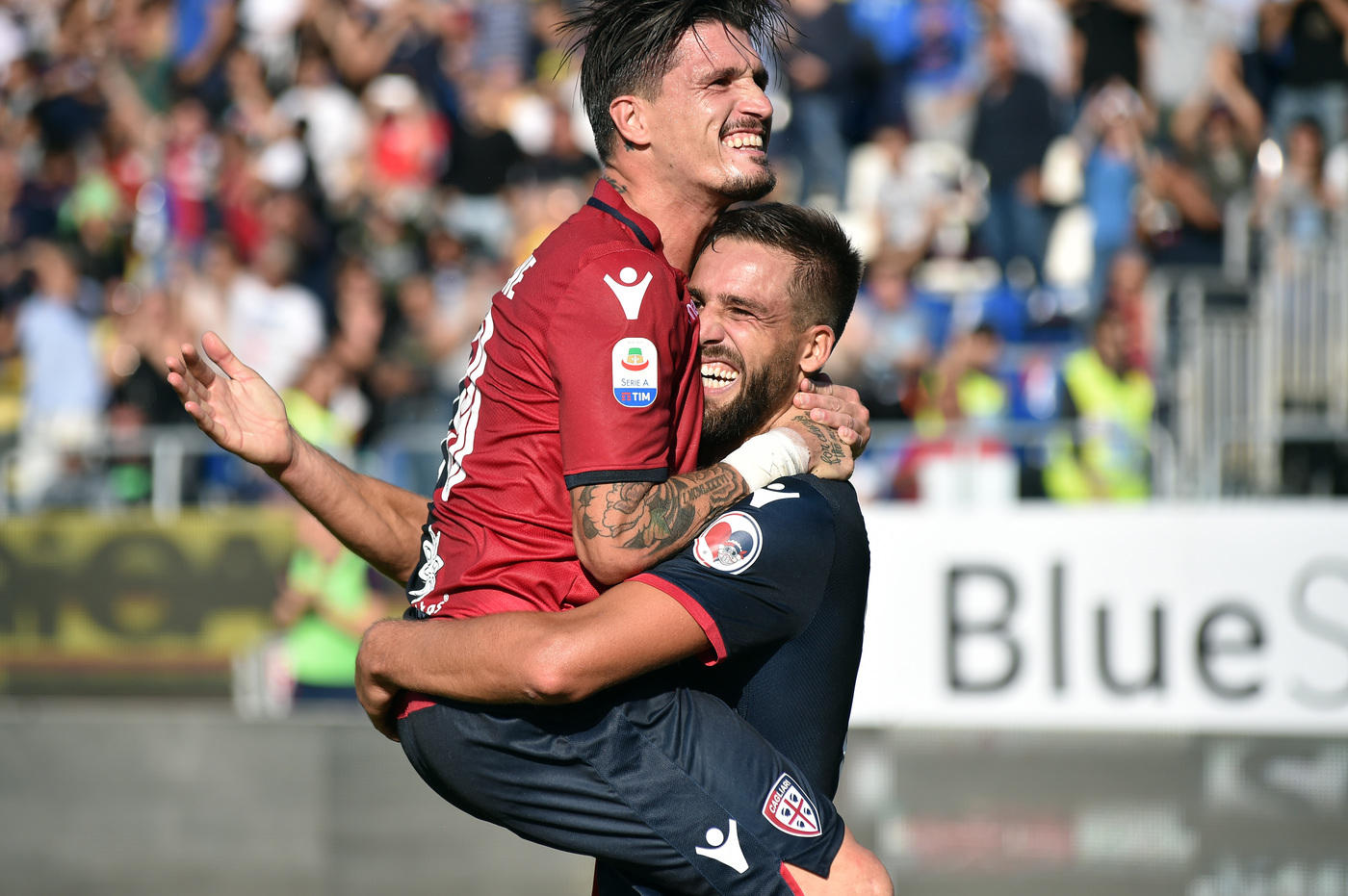 Nel secondo match dell'ottava giornata di Serie A, il Cagliari batte per 2-0 il Bologna. Successo meritato per i sardi, che passano in vantaggio al 22' con Joao Pedro e raddoppiano nel secondo tempo, al 68', con Pavoletti, di testa. Entrambe le reti ispirate da Castro, migliore in campo, che propizia anche altre occasioni da gol. Cagliari che sale a 9 punti superando il Bologna, che resta a quota 7 e ancora ko in trasferta.  <br /><br />