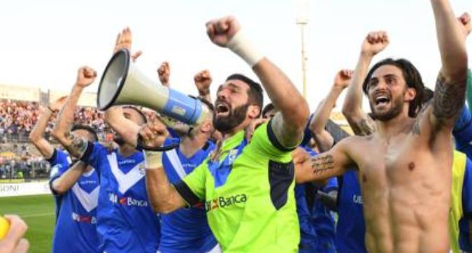 """Brescia, un coro rovina la festa promozione: """"terùn, terùn"""", è polemica"""