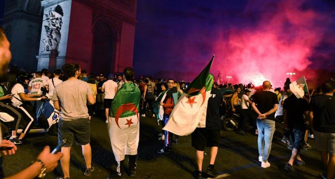 Tifosi Algeria in festa in Francia: caos a Parigi, morta una donna a Montpellier