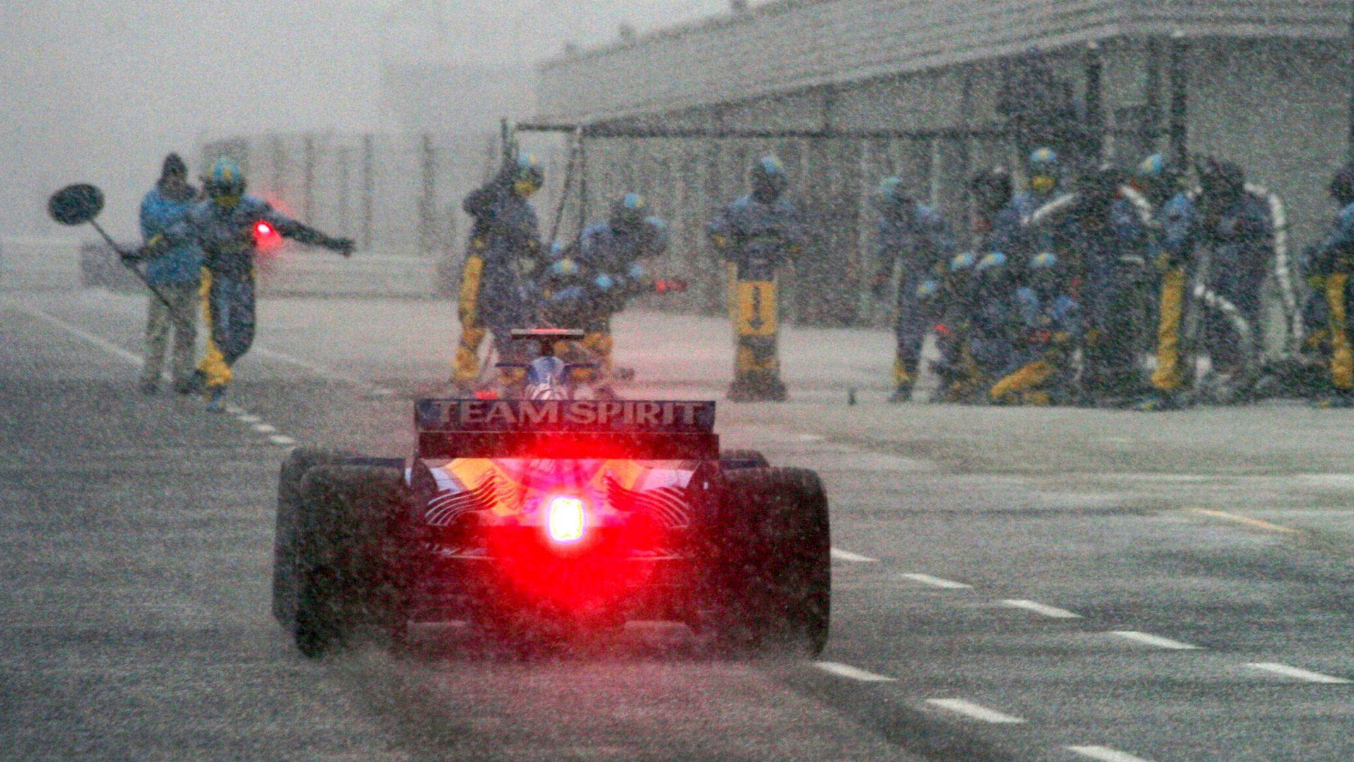 Febbraio 2005. Fernando Alonso al volante della sua Renault sotto la neve di Silverstone.