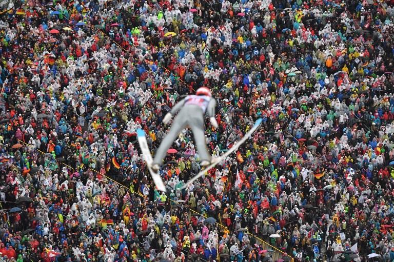 Constantin Schmid nella prova di salto con gli sci a Innsbruck (4 gennaio)