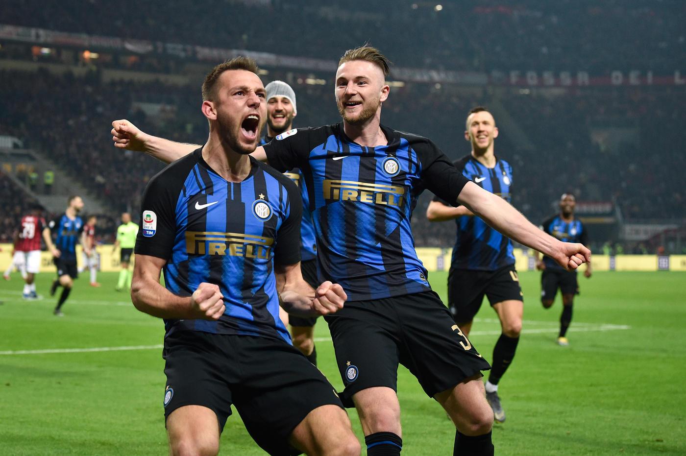 Nel posticipo della 28.ma giornata, l'Inter trionfa nel derby e torna al terzo posto, a +2 sul Milan. A San Siro finisce 3-2 per i nerazzurri, che sbloccano il match al 3' con Vecino e poi trovano il raddoppio grazie a De Vrij in avvio di ripresa (51'). La squadra di Gattuso accorcia le distanze con il colpo di testa di Bakayoko (57'), ma al 67' Lautaro Martinez cala il tris su calcio di rigore. L'ultima rete ha la firma di Musacchio (71').