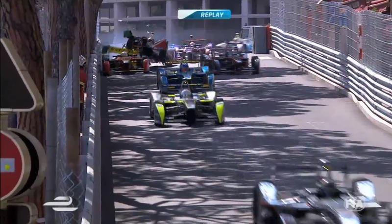 Spettacolare incidente durante il GP di Montecarlo di Formula E, il campionato riservato alle auto elettriche. L'ex pilota di F1, Bruno Senna, ha tamponato chi lo precedeva ed è volato sopra la sua macchina.