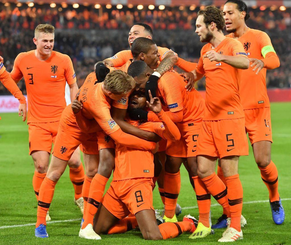 Un'Olanda cinica batte 2-0 la Francia a Rotterdam e torna a sperare di avanzare alla Fase Finale della Nations League. Brutto ko dei transalpini, ai quali bastava un pareggio per qualificarsi. Decisivi Wijnaldum (44') e un calcio di rigore di Depay (96') per riscrivere la classifica del gruppo 1 della Lega A e far retrocedere la Germania in B. Gli Orange hanno una partita in meno, lunedì sfida contro i tedeschi decisiva.