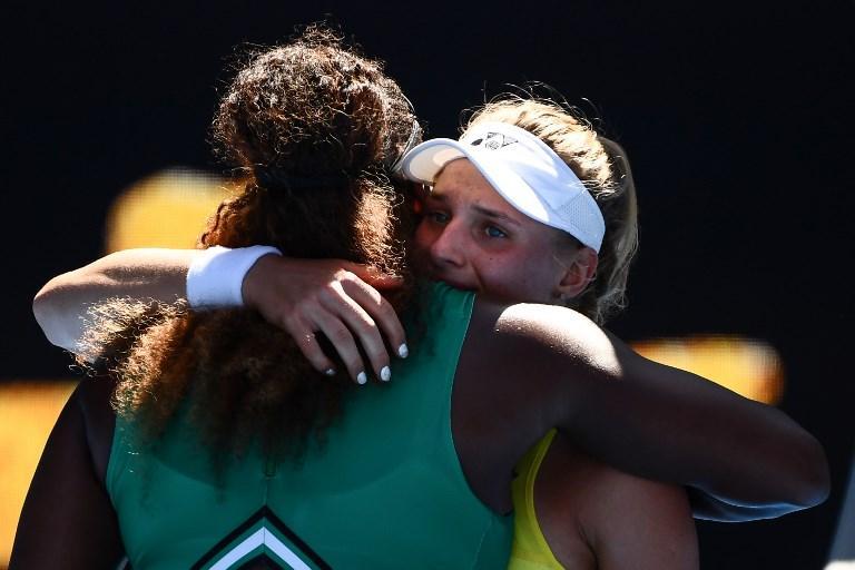 """Grande gesto di Serena Williams dopo aver travolto 6-2, 6-1 la 18enne ucraina Dayana Yastremska nel terzo turno degli Australian Open. L'ex numero 1 al mondo, che ha vinto il primo torneo dello Slam nel 1999 un anno dopo la nascita dell'avversaria, è corsa prontamente a consolarla dopo che quest'ultima è scoppiata in lacrime per la sconfitta. """"Non piangere, hai fatto qualcosa di eccezionale. Hai giocato in modo fantastico"""" le parole per rincuorarla."""
