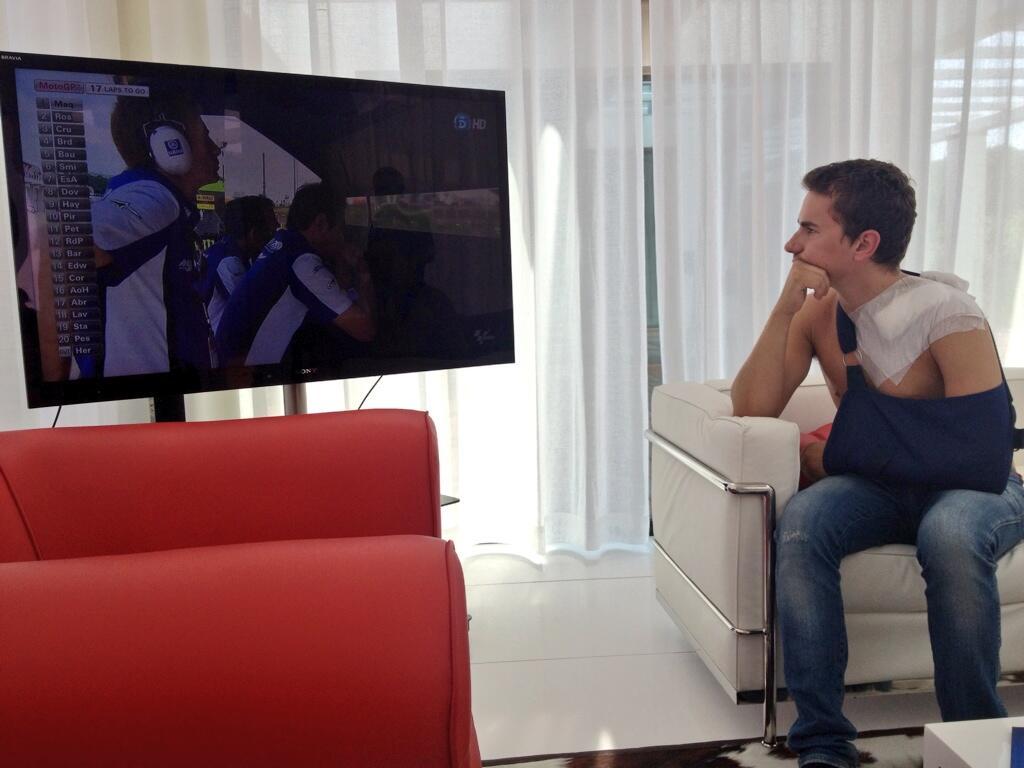 Jorge Lorenzo osserva i rivali in tv