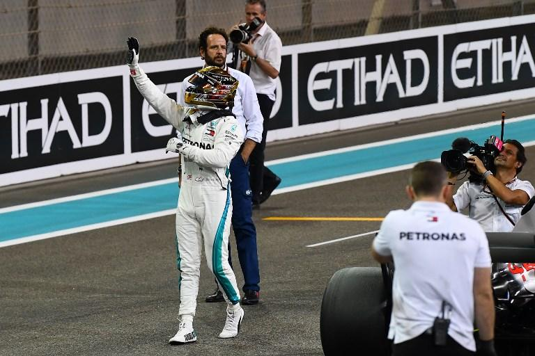 Lewis Hamilton domina le qualifiche ad Abu Dhabi e centra la sua undicesima pole stagionale nell'ultimo GP della stagione. Il britannico ha disintegrato gli avversari con unsuper 1'34''794, regolando l'altra Mercedes di Bottas (+ 0''162) che gli farà compagnia in prima fila. Nulla da fare per le Ferrari, con Vettel (+ 0''331) e Raikkonen (+ 0''571) che scatteranno dalla seconda. In terza le Red Bull, 15° Alonso nel weekend d'addio alla F1.