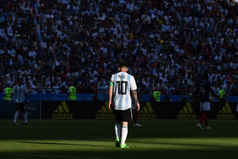 Messi cammina in mezzo al campo durante Francia-Argentina dei Mondiali (30 giugno)